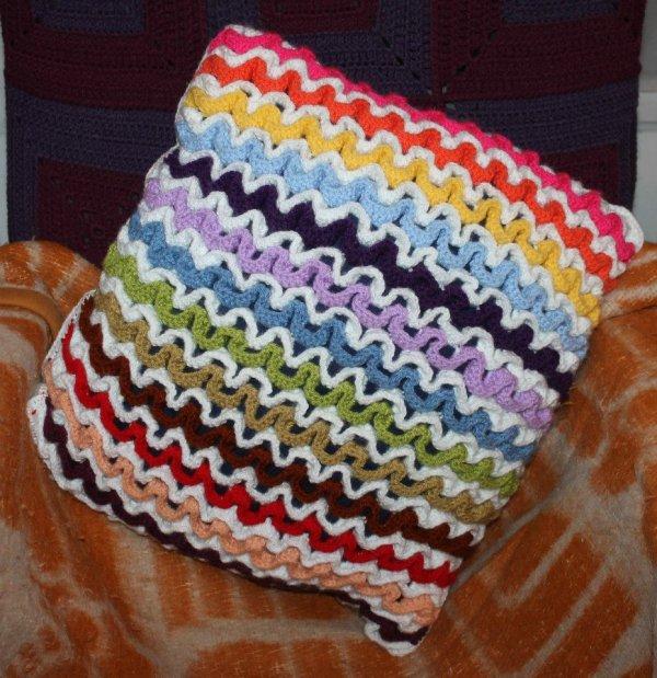 Coussin grannies aux vagues multicolores et blanches