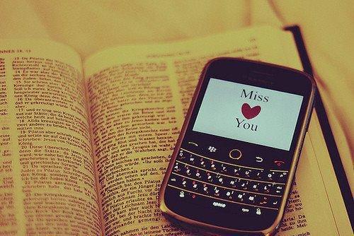 Relire une conversation ou un SMS plusieurs fois car ça me donne le sourire.