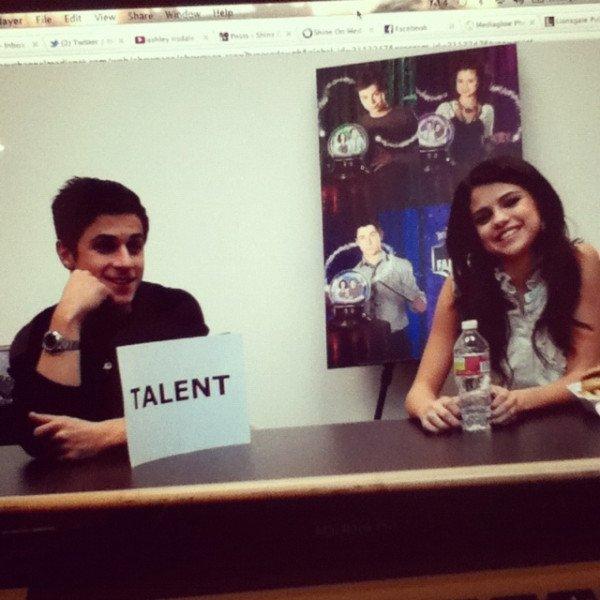 15 décembre 2011 ♣ Selena s'est rendue a une conférence pour les 'Sorciers de Waverly Place'.