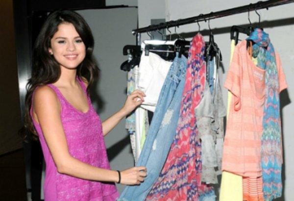 • Voici les photos de la soirée du « MTV New Year's Eve » que Selena a animé en compagnie de Demi Lovato.