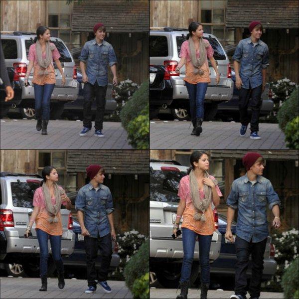 10 janvier 2012 ♣ Selena a été vu arrivant dans un restaurant en compagnie de Justin Bieber.