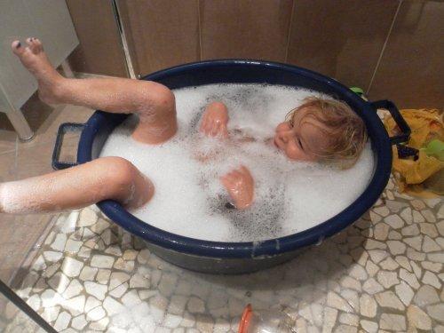 zoubinette dans le bain... un peu bizarrement!!
