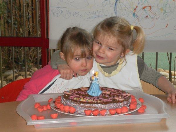 Une vraie princesse préparant son gateau d'anniversaire ...
