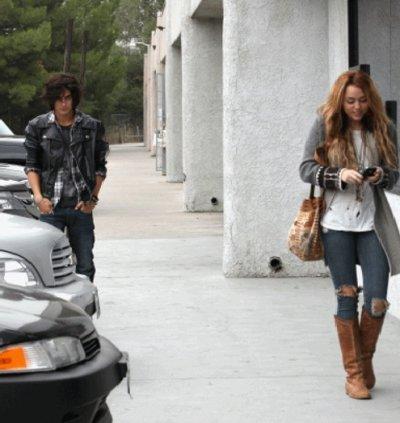 Miley a été aperçu a Beverly Hills avec son ami Avan Jogia le 16/10/10