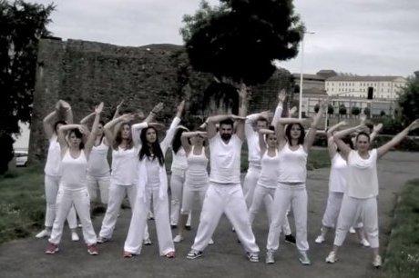 """Flashmob des Fêtes de Bayonne 2013 : les festayres danseront sur """"Happy"""" de C2C"""
