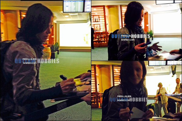 .01/12/13  -  Lana signant des autographes à l'aéroport avant de prendre un vol pour Vancouver.  .