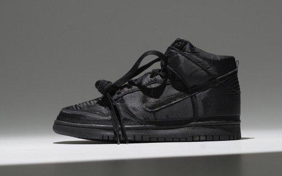 Un modèle classe Nike Vandal Black