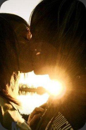 Seule la distance d'un baiser peut séparer l'amour de l'amitié. ♥