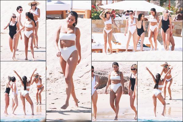 -.'11/02/2019'-: Miss Gomez a été photographié prenant du bon temps à la plage de Cabo San Lucas au Mexique, avec ses amies. L'après-midi les amies faisaient une balade à cheval sur la plage // Je trouve Selena sublime dans son maillot blanc, elle es rayonnante.
