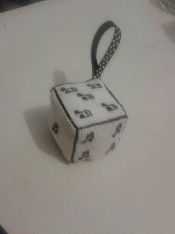 voici le cube à suspendre en point de croix des notes de music .prix: 5¤ .