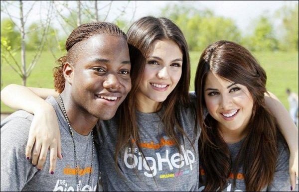 7 Avril 2011 : Victoria, Daniella & Leon Thomas 3 en Luisiane pour un projet de restauration. ♦ Tu en pense quoi ? © Justice-VictoriaD.skyrock.com
