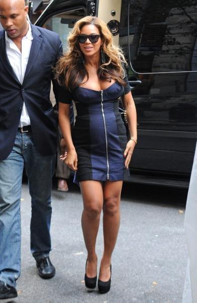 Beyonce a fait jaser en apparaissant dans une émission avec le ventre plus plat que jamais, alors qu'elle devez être acensée enceinte de 6 mois. Mais à quoi joue-t-elle
