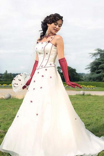 une robe de mari e blanche avec des petites fleurs rouge. Black Bedroom Furniture Sets. Home Design Ideas