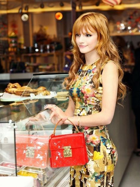 Look de Bella Thorne : Radieuse dans une robe chic et fleurie !