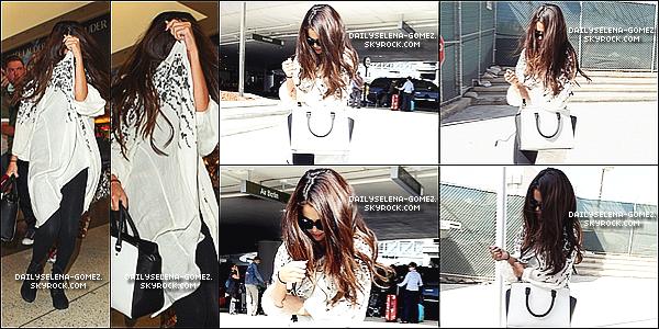 27/08/13 : Selena a été vu à l'aéroport LAX avec sa cousine à Los Angeles