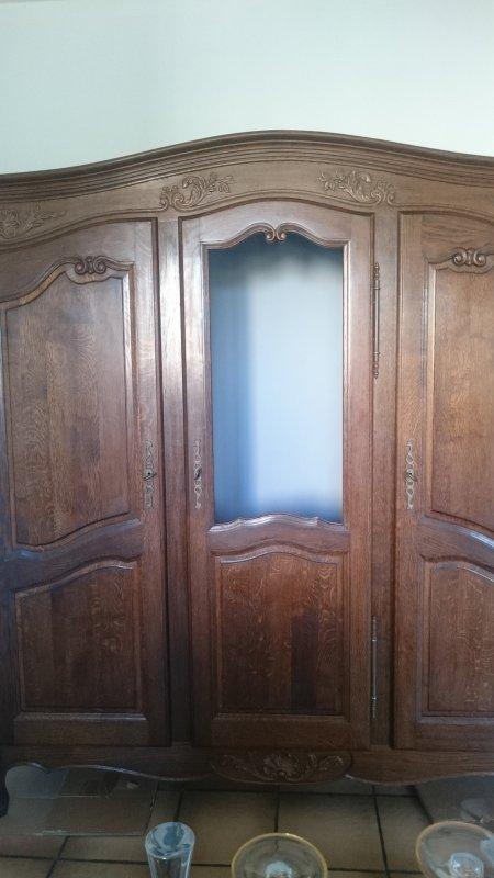 Enfin terminé avant -après   : transformation de ma vieille armoire 3 portes de ma chambre à couchée , dévidé le haut de la porte du milieu avec la scie sauteuse et agrafé du grillage de poule (c'est mon fils qui l a fait)J 'ai peint l'intérieur en gris et ajouter des étageres
