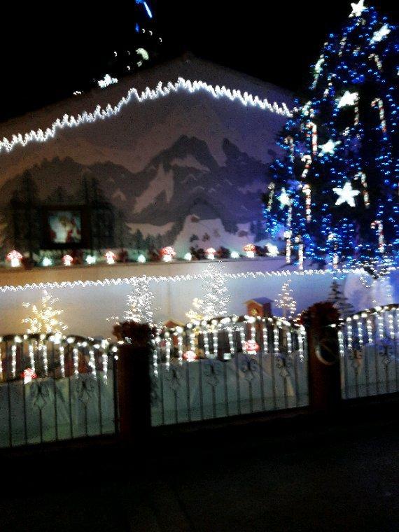La maison  du père  noël à 5oo m de chez moi elle est magnifique c est la magie de noel