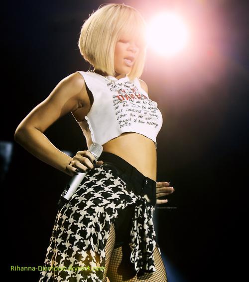 Rihanna ce montre très fatiguée pour son show au jingle bell ball : elle chante faux,elle est essouflée...    Je la comprend,mais la elle devrait vraiment ce reposer... :(