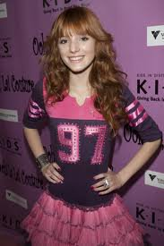 look de Bella Thorne