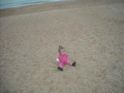 ma petit puce a la plage pour la premiere foix
