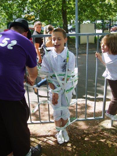 la team entrain de faire une vente... d'enfant pour acheter des tickets de tombola lol (meeting à Baune)