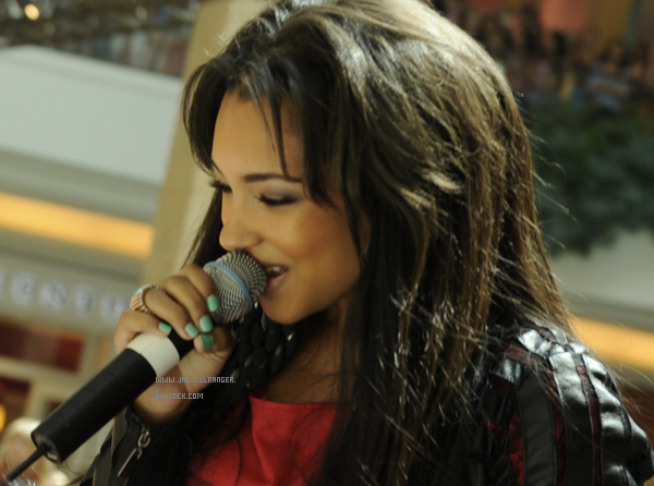 Jessica performing in Detroit at a mall with Cody Simpson (Part 2)