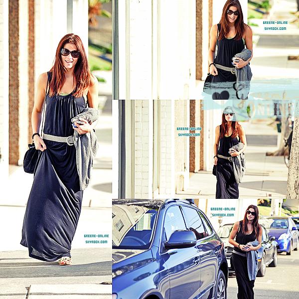 CANDID  Ashley à été aperçue à Larmont Village le mardi 9 août alors qu'elle sortait d'un immeuble de bureaux . Elle portait une robe longue unie et des sandales de la marque Topshop .