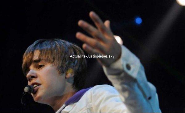 .                                                                                                                                                                                                               Justin a son concert a NY & Vidéo : Justin et Vita Chambers qui s'amusent dans les Backstage .J'aime ! Vous ? :)                                                                          .