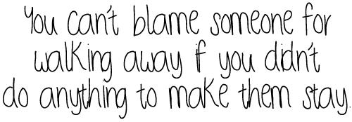 C'est drôlement dangereux de s'attacher à quelqu'un, c'est incroyable ce que ça peut faire mal. Rien que la peur de perdre l'autre est douloureuse. C'est moche de guetter un signe de quelqu'un pour se sentir heureux...