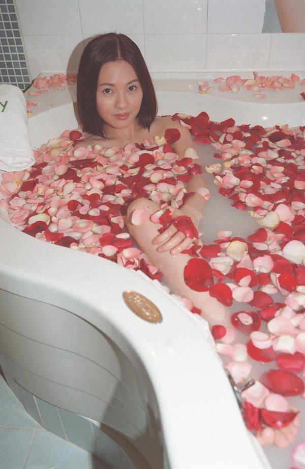 Loletta Lee dans un bain de pétales de roses