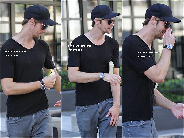 """04/08/2012 - Alex' était de sortie à Vacouver (Canada), avec le livre """"London Fields"""" dans ses mains."""