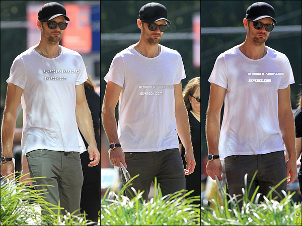 11/08/2012 - Alexander a été aperçu par les paparazzis se promenant dans Vancouver.Top, bof, flop?
