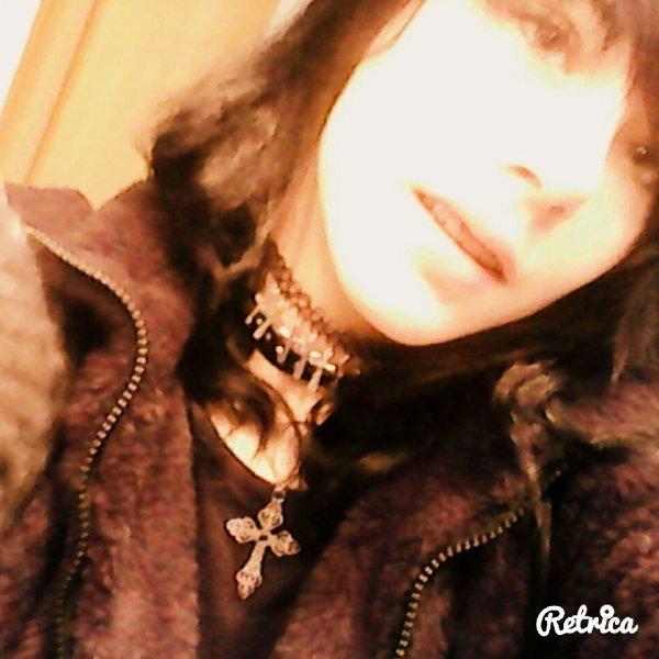 moi avec les cheveux noir et démaquiller chui moche