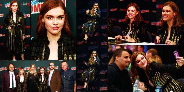 """- 23/09/2017: Holland Roden lors du Comic Con de New York pour le lancement de la série """" Lore """" ! Plus : J'aime tellement la voir aussi souriante, surtout auprès de ses nombreux fans qui sont venus la voir. Côté tenu c'est un gros - bof - -"""
