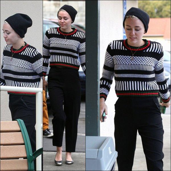 Miley Cyrus allant mangé le 27 Janvier 2013