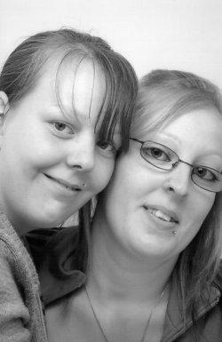 mes deux cousines que j'aimes du fond du coeur parce que je les voient pas souvent et parce que elles me manquent trés fort