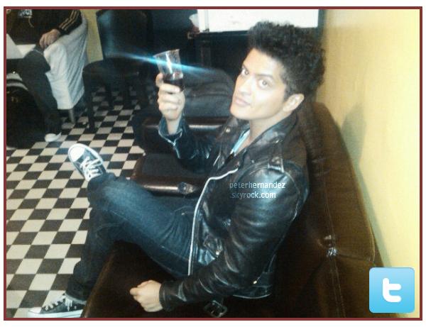 TWITIME. Voici une photo que Bruno a posté sur twitter juste avant son concert à Amsterdam.