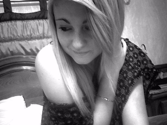 Oui tu me manques, mais je garde ça pour moi.Oublie ma présence, & même mon existence.