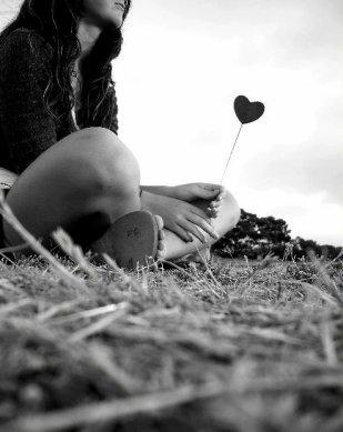 « Je pense à toi tout le temps. Je pense à toi le matin, en marchant dans le froid. Je fais exprès de marcher lentement pour pouvoir penser à toi plus longtemps. Je pense à toi le soir, quand tu me manques au milieu des fêtes.Je pense à toi quand je te vois et aussi quand je ne te vois pas. J'aimerais tant faire autre chose que penser à toi mais je n'y arrive pas. Si tu connais un truc pour t'oublier, fais le moi savoir.» L'amour dure trois ans.