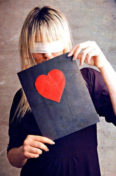 """"""" C'est étrange de penser qu'on peut tomber amoureux et ne plus s'aimer, que l'amour peut se transformer en haine, et que se sont les gens qui vous on le plus aimés qui vous feront le plus de mal... Le temps peut permettre d'effacer certaines douleurs, certains visages, certains sons, certains regards et peut être même certains sentiments. Mais parfois il suffit d'un seul mot, pour que l'objet de notre oublie refasse surface dans l'océan de la mémoire... .""""Inconnu."""