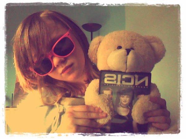 Mon ours est un Ncis Addict ^_^  <3 Va y Eli (<--- Oui mon ours s'appelle Eli [Comme le papa de Ziva *Ceci est une coincïdence* :3])