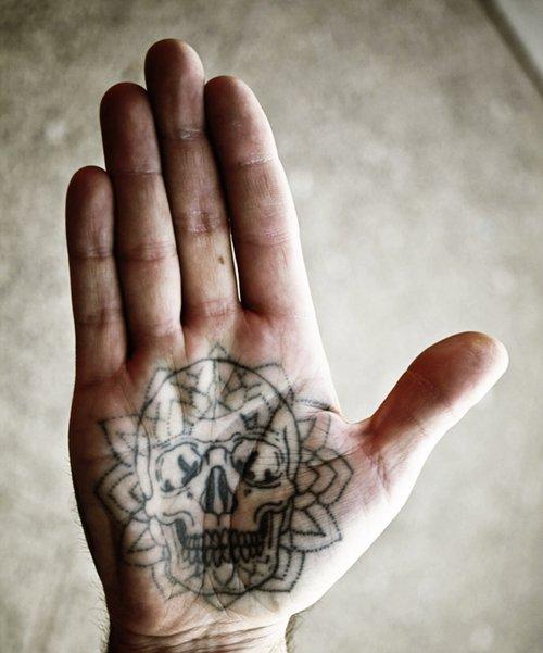 tatouage paume de la main nocturnal tattoos. Black Bedroom Furniture Sets. Home Design Ideas