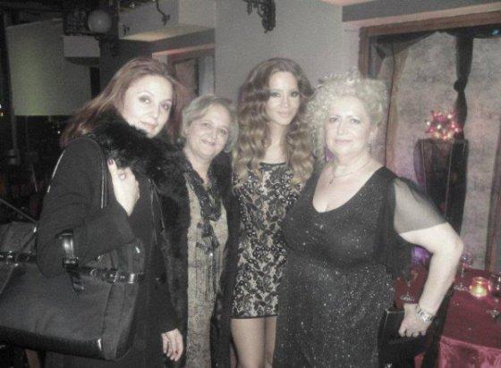 Dafina Me Nenen e saj dhe me disa shoqe