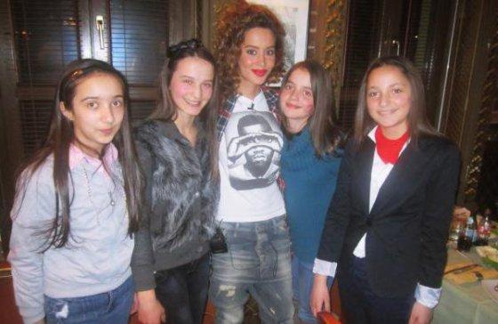 Dafina dhe 4 fanset e saj , ne Darka me VIP !!