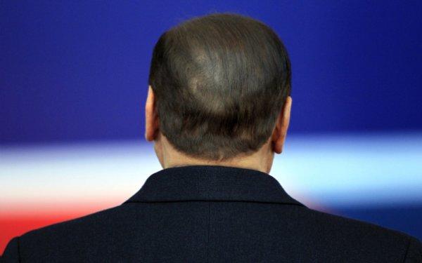 Italie: une foule en liesse fête le départ de Berlusconi