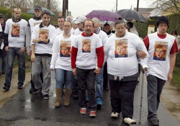 Des roses blanches en mémoire de Bastien, 3 ans, tué dans un lave-linge
