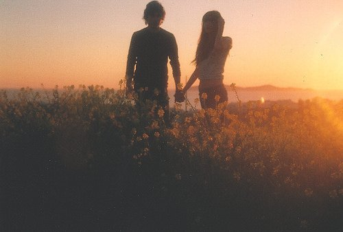 « Etre amoureux peut faire ressortir le pire chez quelqu'un. Ils peuvent devenir avares, hostiles, ou simplement indifférents. Mais au début, lorsque l'amour est encore une promesse, les gens font ressortir le meilleur d'eux-même à la table. Oui, la promesse de l'amour peut sortir le meilleur de nous même... Sauf si l'on trouve qu'on manque un peu de pratique. »