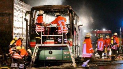 04-11-2008 - Allemagne - Hanovre - Vingt personnes âgées ont trouvé la mort dans l'incendie d'un autocar sur une autoroute près de Hanovre, dans le nord du pays.
