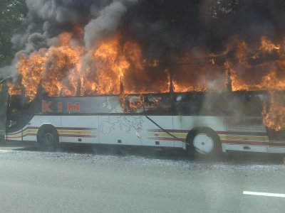 15-10-2008 - Belgique - Autocar en feu, pont de l'autoroute de Wauthier-Braine près de Bruxelles.