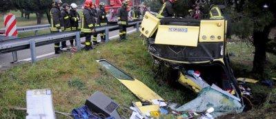 16-02-2010 - ITALIE - Toscane - L'autocar des Cars Magné de Dordogne tombe dans un ravin - 3 victimes dont 1 enfant de 13 ans - élèves de Ribérac (Dordogne) sur l' A12 près à Massa Carrara